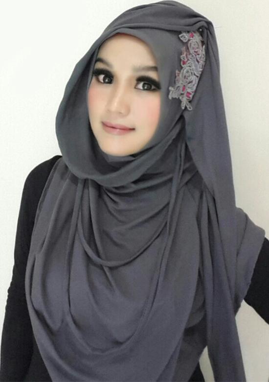 Tutorial Hijab Monochrome yang Simple dan Praktis