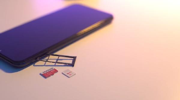 Hp ini bisa dimasuki dua SIM card plus micro sd dan walaupun battery nya 5000 mAh tidak membuatnya terasa tebal saat dipegang